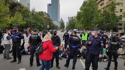 """Ekoterroryzm? Lewacka manifestacja w centrum Warszawy. Chodzi o """"alarm klimatyczny"""" - miniaturka"""