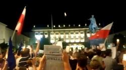 Gorąco pod Pałacem. Policję zaatakowano gazem - miniaturka