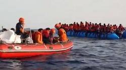 Lampedusa: Migranci zeszli na ląd. Zarzuty dla kapitana żaglowca - miniaturka