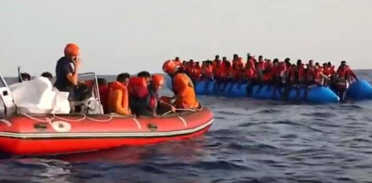 Lampedusa: Migranci zeszli na ląd. Zarzuty dla kapitana żaglowca - zdjęcie