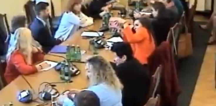 PiS zlikwidował gimnazja, więc Jachira założyła jedno w Sejmie? Zaskakujące zachowanie posłanki - zdjęcie