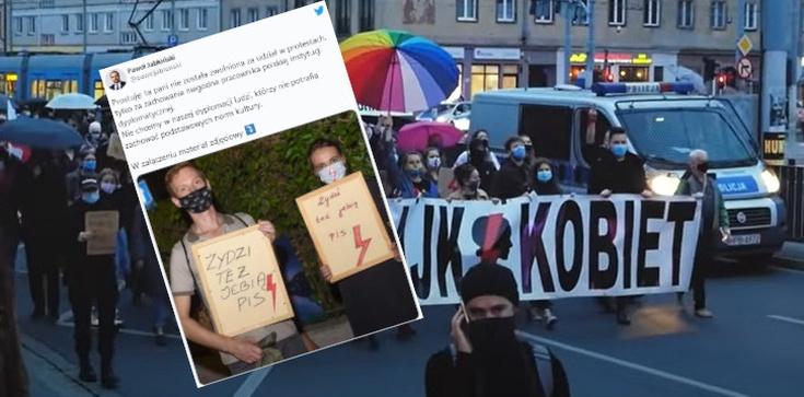 Stała z transparentem: ,,Żydzi też je*** PiS''. Teraz udaje męczennicę   - zdjęcie
