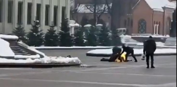 Mińsk: Młody mężczyzna podpalił się przed siedzibą rządu  - zdjęcie