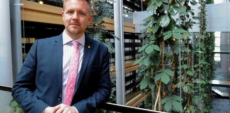 Szwedzki europoseł uczestnikiem orgii. Jego partner skazany za pedofilię - zdjęcie
