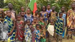 Wzruszające! Dzieci z Kamerunu śpiewają ,,Pieśni Legionowe'' - miniaturka
