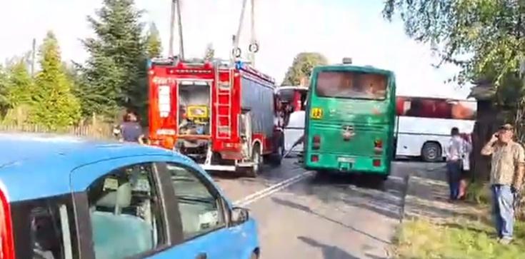 Groźne zderzenie szkolnych autobusów. Ucierpiała czwórka dzieci  - zdjęcie