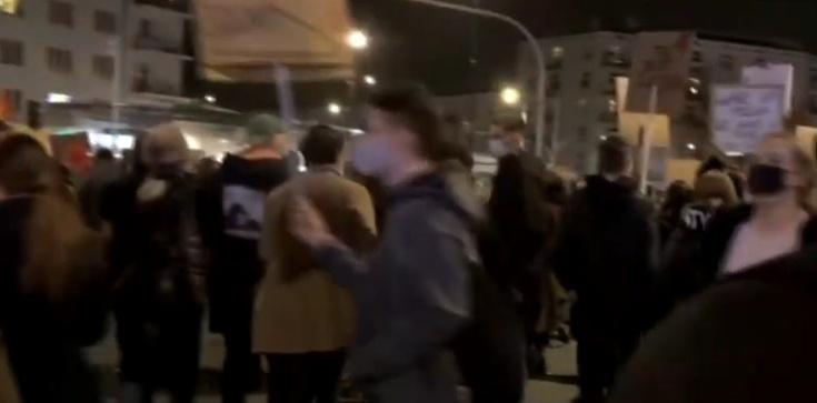 Aborcjoniści dotarli na Żoliborz. Manifestują przed domem prezesa PiS - zdjęcie