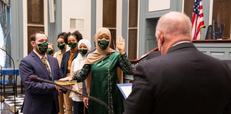 Bezprecedensowe wydarzenie. Ślubowała z ręką na Koranie - zdjęcie