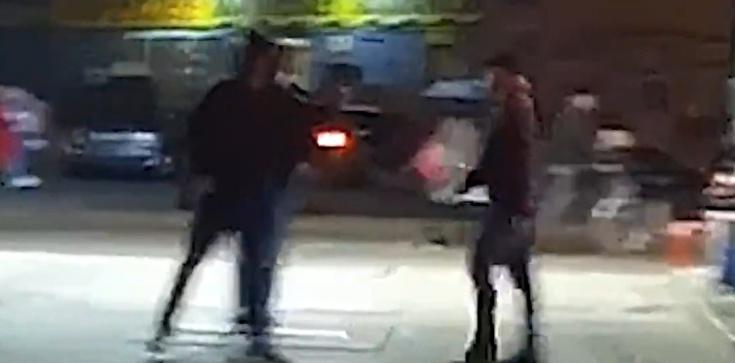 Atak protestujących na księdza! Bili go po brzuchu i głowie. Jest nagranie - zdjęcie