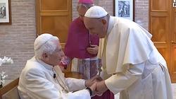 Franciszek i Benedykt XVI przyjęli szczepionkę przeciw COVID-19  - miniaturka