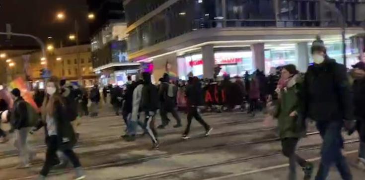 Aborcjoniści zmierzają w kierunku kościoła św. Aleksandra - zdjęcie