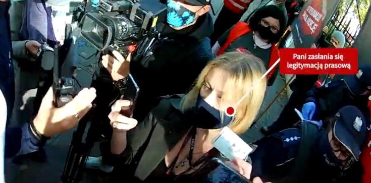 Agresywna dziennikarka ,,GW'' niszczy plakat prolife [WIDEO] - zdjęcie