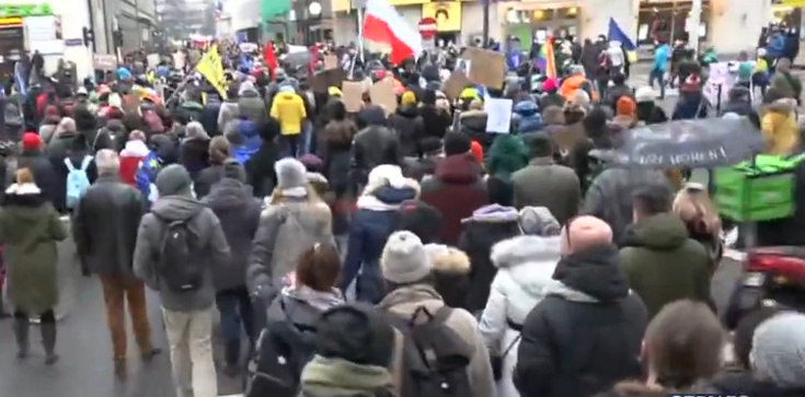 Feministki protestują w Warszawie. Policja zablokowała przemarsz - zdjęcie