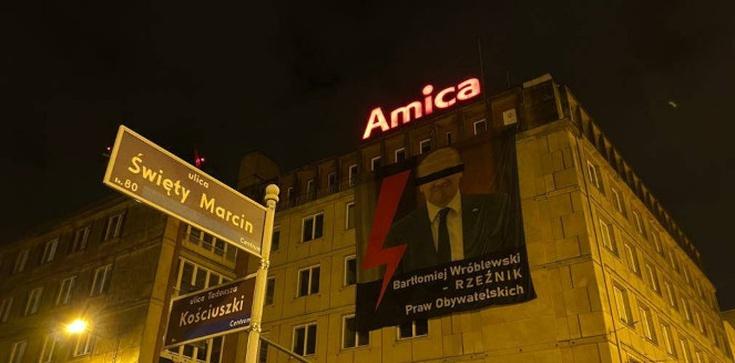 Skandaliczny baner z wizerunkiem posła. ,,Rzeźnik Praw Obywatelskich''  - zdjęcie