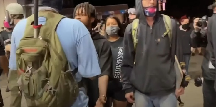 USA: 17. latek w obronie własnej postrzelił trzech członków Antify. Grozi mu dożywocie [WIDEO] - zdjęcie