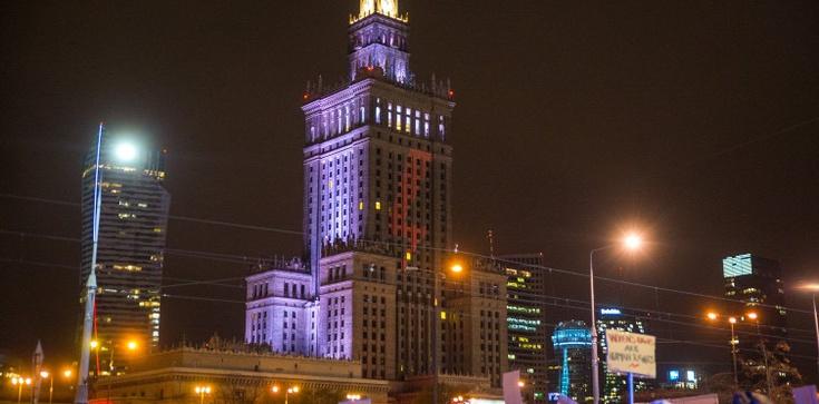 Trzaskowski się postarał… Czerwona błyskawica na Pałacu Kultury  - zdjęcie