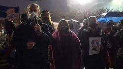 Marszałek Senatu na manifestacji: Polska cofa się do średniowiecza  - miniaturka