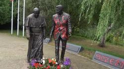Kolejna dewastacja. Tym razem pomalowano pomnik Jana Pawła II i Ronalda Reagana w Gdańsku - miniaturka