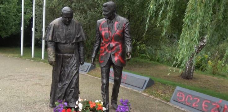 Kolejna dewastacja. Tym razem pomalowano pomnik Jana Pawła II i Ronalda Reagana w Gdańsku - zdjęcie