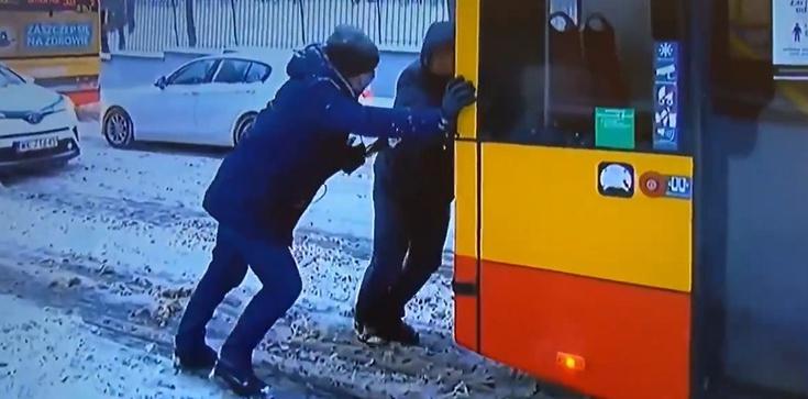 Absolutny HIT! Dziennikarz TVN pomaga pchać autobus i przeprowadza wywiad z Białorusinem - zdjęcie