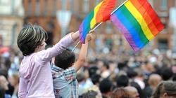 Hiszpania. Sąd nakazał wycofanie ze szkół książek promujących LGBT. Obrażają także katolicyzm, judaizm, islam oraz religie protestanckie i … Polskę - miniaturka