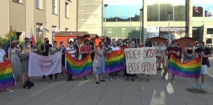 Aktywiści LGBT protestują przed siedzibą ,,GW''. ,,Je**e tu TERFAMI'' - zdjęcie
