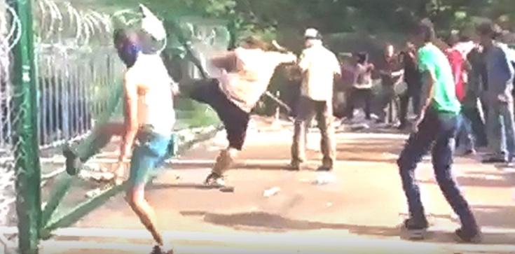 Kolejne wydarzenie z udziałem imigrantów, a zagraniczne media MILCZĄ! Uchodźcy zaatakowali autobus z dziećmi - zdjęcie