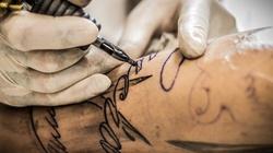 Przed sądem stanie tatuażysta, który uszkodził wzrok klientce, tatuując gałki oczne - miniaturka
