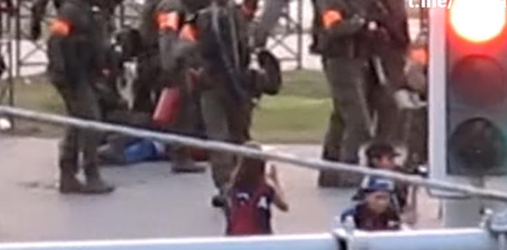 Szokujące nagranie. Białoruski żołnierz strzela do dziennikarki [WIDEO] - zdjęcie
