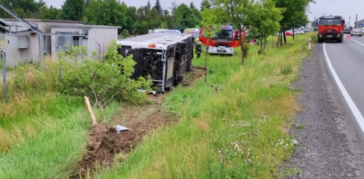 Groźny wypadek autobusu z dziećmi na Opolszczyźnie. Czworo dzieci w szpitalu - zdjęcie