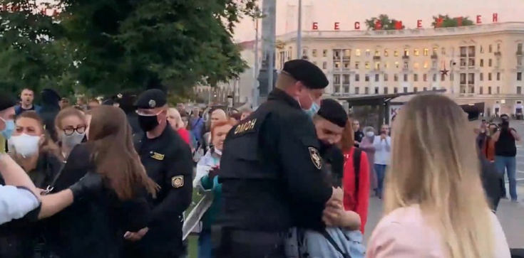 ,,Nie da się spokojnie patrzeć na tę rzeźnię''. Niektórzy białoruscy funkcjonariusze rezygnują ze służby - zdjęcie