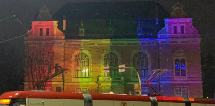 Tęczowe iluminacje na gdańskim ratuszu. Ile to kosztowało?  - zdjęcie