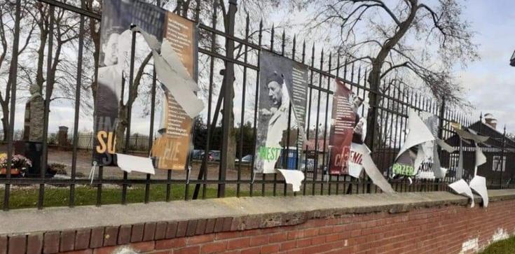 Coraz brutalniejsze ataki na kościoły. W Rejowcu zniszczono wystawę o JPII  - zdjęcie