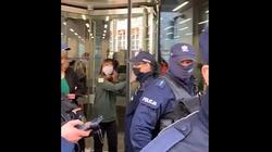 Aktywistka Extinction Rebellion przykleiła się do drzwi kancerii Sejmu. Internauci kpią [Wideo] - miniaturka