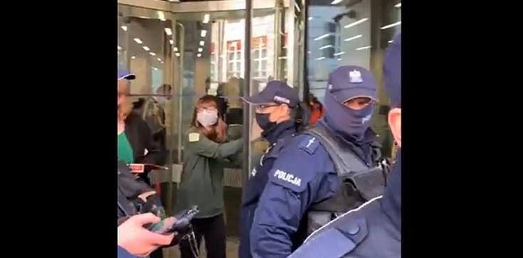 Aktywistka Extinction Rebellion przykleiła się do drzwi kancerii Sejmu. Internauci kpią [Wideo] - zdjęcie