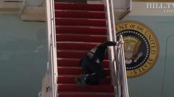 [Wideo] Prezydent USA upadł na schodach wchodząc do Air Force One - miniaturka