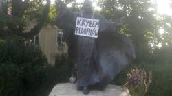 Ohydny napis na pomniku JP II. Policja szuka sprawców - miniaturka