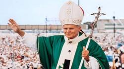 Sondaż. Św. Jan Paweł II ciągle w sercach Polaków. Nagonka nie działa - miniaturka