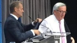 Król czy kamerdyner Europy? Zobacz jak Tusk UBIERAŁ Junckera na szczycie UE - miniaturka