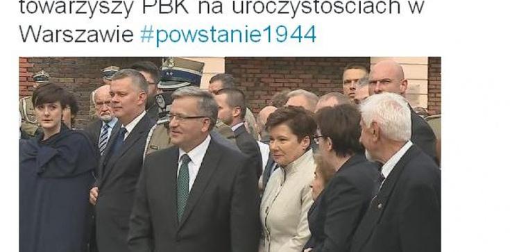 Co robi suflerka obok prezydenta Komorowskiego podczas uroczystości 71. rocznicy Powstania Warszawskiego? - zdjęcie