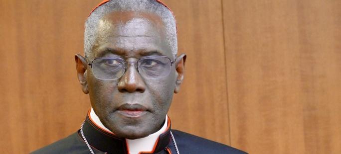 Kard. Sarah: Dość nadużyć liturgicznych! Watykan ukróci pomieszanie