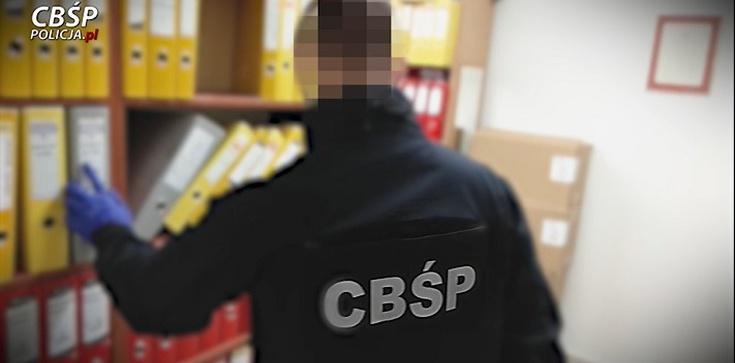 12 osób zatrzymanych, 84 podejrzanych. Zabezpieczono 21 mln zł w sprawie ,,karuzeli podatkowej'' - zdjęcie