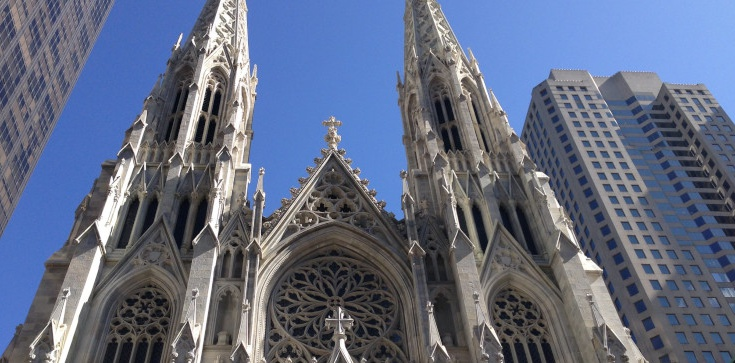 Próba podpalenia katedry w Nowym Jorku?! Zatrzymano mężczyznę z kanistrami - zdjęcie