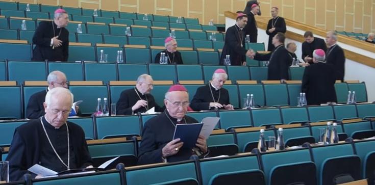 Sondaż. Polacy coraz gorzej odnoszą się do Kościoła  - zdjęcie