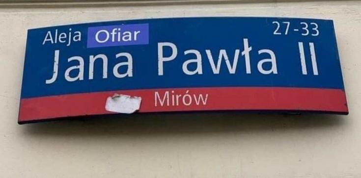 Warszawa. Skandaliczny atak na osobę św. Jana Pawła II - zdjęcie