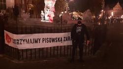 Gdańsk. ,,Zatrzymajmy PiSowską Zarazę'' - transparent przy Fontannie Neptuna - miniaturka