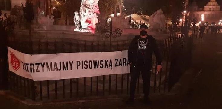 Gdańsk. ,,Zatrzymajmy PiSowską Zarazę'' - transparent przy Fontannie Neptuna - zdjęcie