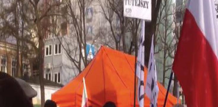 DRAMAT KOD-ziarzy. Jarosław Kaczyński nie knebluje im ust, więc muszą robić to sami! - zdjęcie