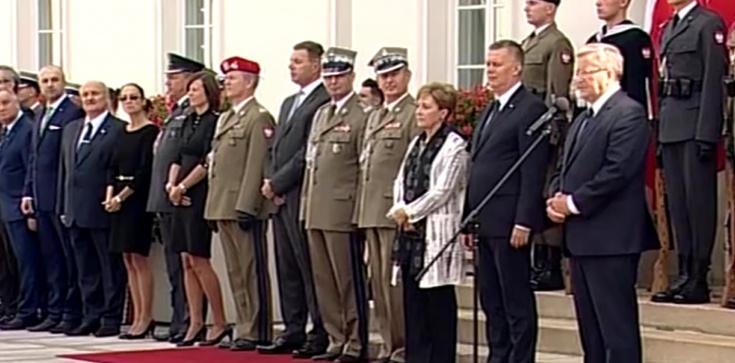 """Bronisław Komorowski wręczył nominacje generalskie. Z powodu """"kalendarza politycznego"""" - zdjęcie"""