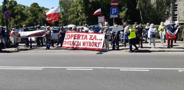 """""""Koperta za... operacja wybory"""". Trwa manifestacja przed Sejmem - zdjęcie"""